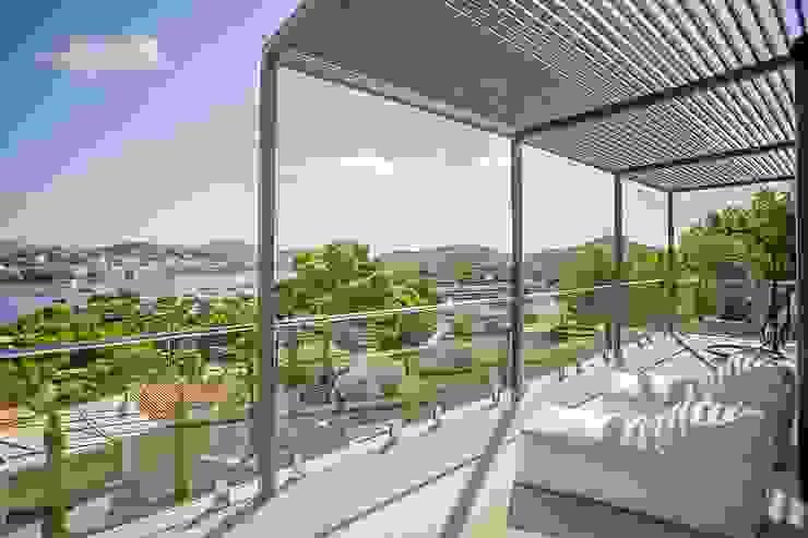 VIVIENDA Balcones y terrazas de estilo minimalista de ABAD Y COTONER, S.L. Minimalista