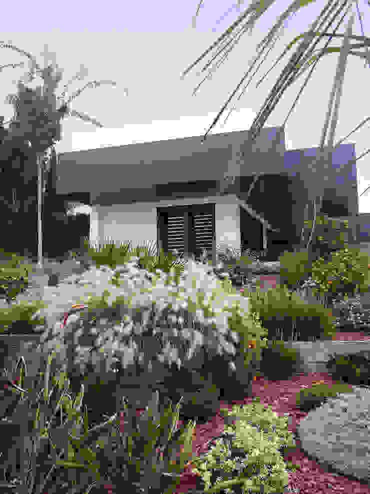 REFORMA DE VIVIENDA UNIFAMILIAR AISLADA EN SALTERAS Jardines de estilo moderno de FABRICA DE ARQUITECTURA Moderno