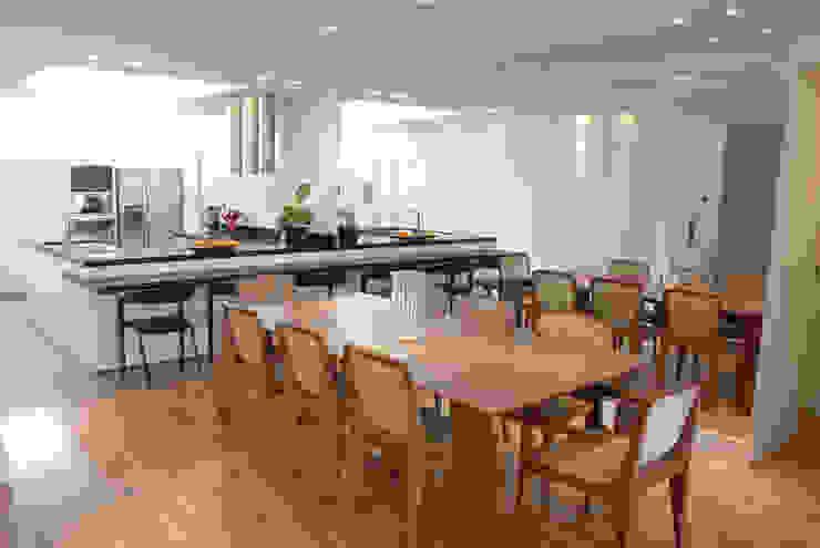 Minimalist dining room by MONICA SPADA DURANTE ARQUITETURA Minimalist
