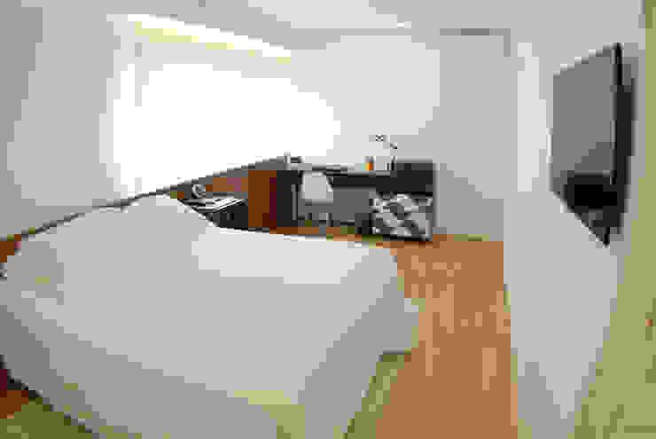 Minimalist bedroom by MONICA SPADA DURANTE ARQUITETURA Minimalist