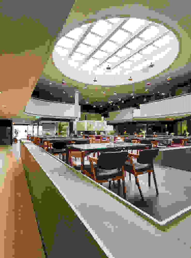 GL_7 Centros Comerciais modernos por XYZ Arquitectos Associados Moderno