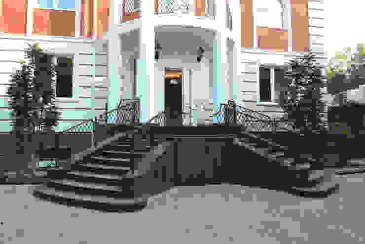 Фасад здания и крыльцо дома Дома в классическом стиле от Бюро9 - Екатерина Ялалтынова Классический Гранит