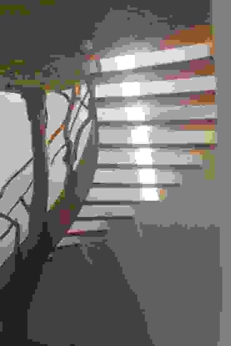 Escalera encino y guayabo Pasillos, vestíbulos y escaleras modernos de L atelier Moderno