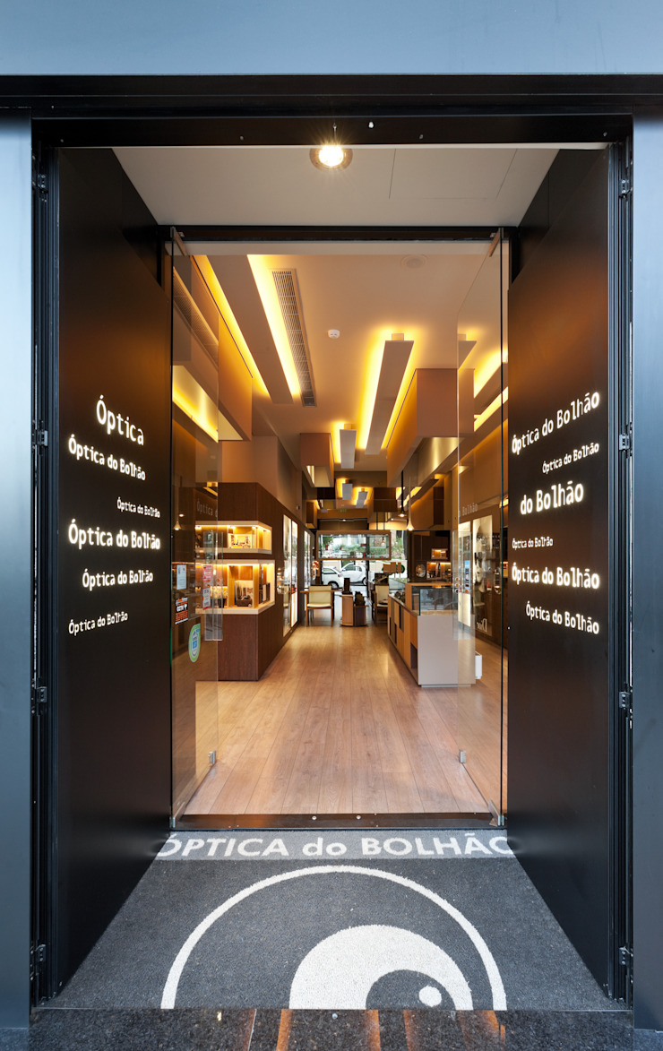 Óptica do Bolhão - Antas_10 Lojas e Espaços comerciais modernos por XYZ Arquitectos Associados Moderno