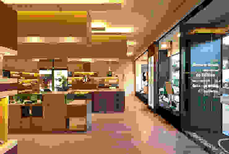 Óptica do Bolhão - Antas_11 Lojas e Espaços comerciais modernos por XYZ Arquitectos Associados Moderno