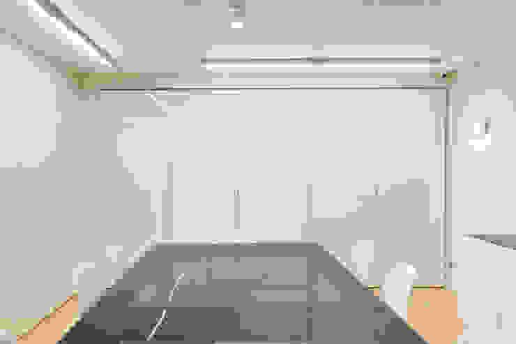 Óptica do Bolhão_12 Lojas e Espaços comerciais modernos por XYZ Arquitectos Associados Moderno
