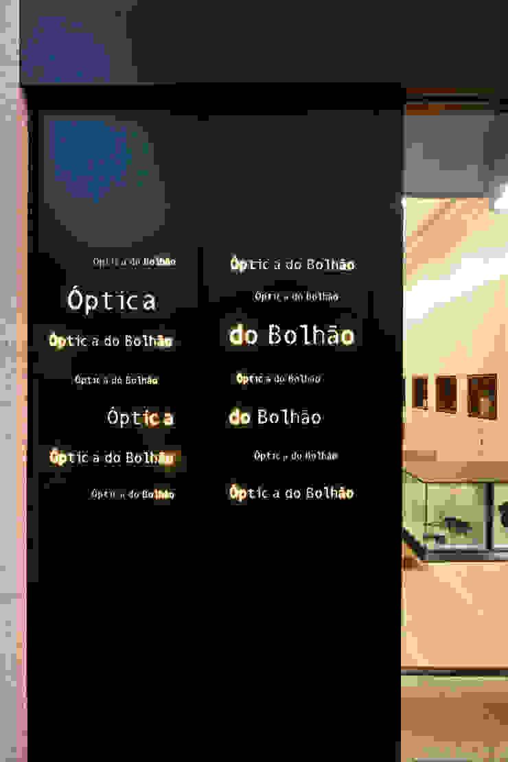 Óptica do Bolhão_13 Lojas e Espaços comerciais modernos por XYZ Arquitectos Associados Moderno