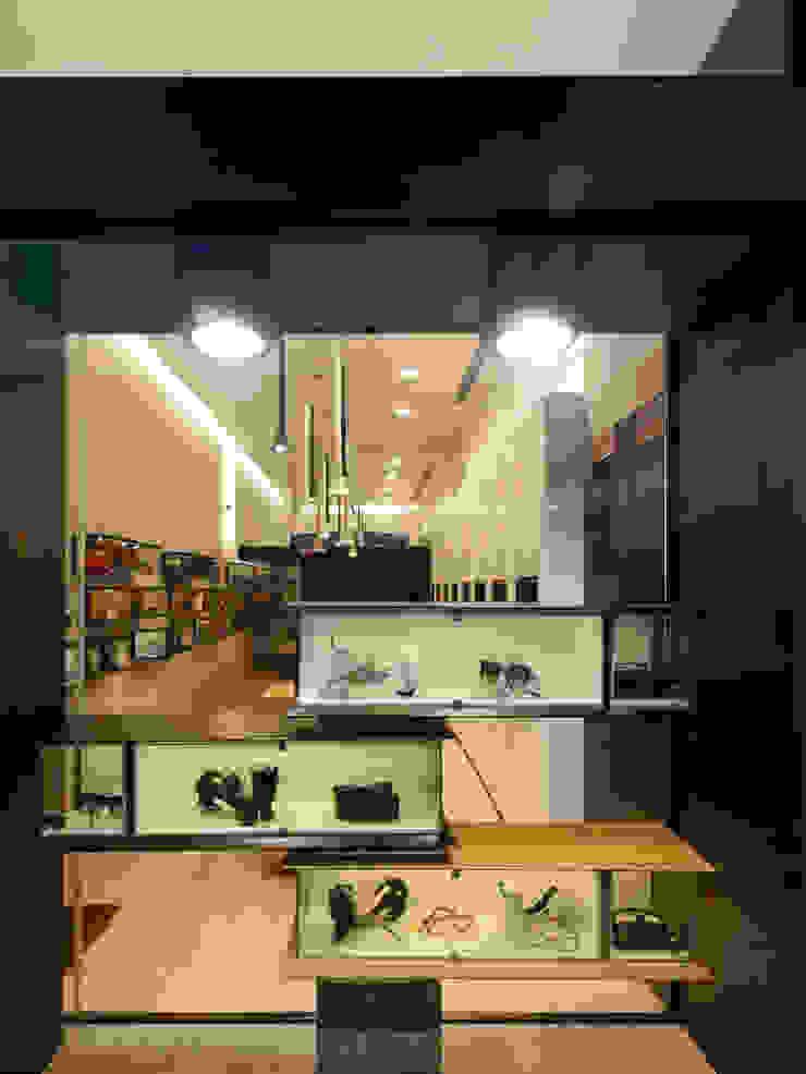 Óptica do Bolhão_14 Lojas e Espaços comerciais modernos por XYZ Arquitectos Associados Moderno
