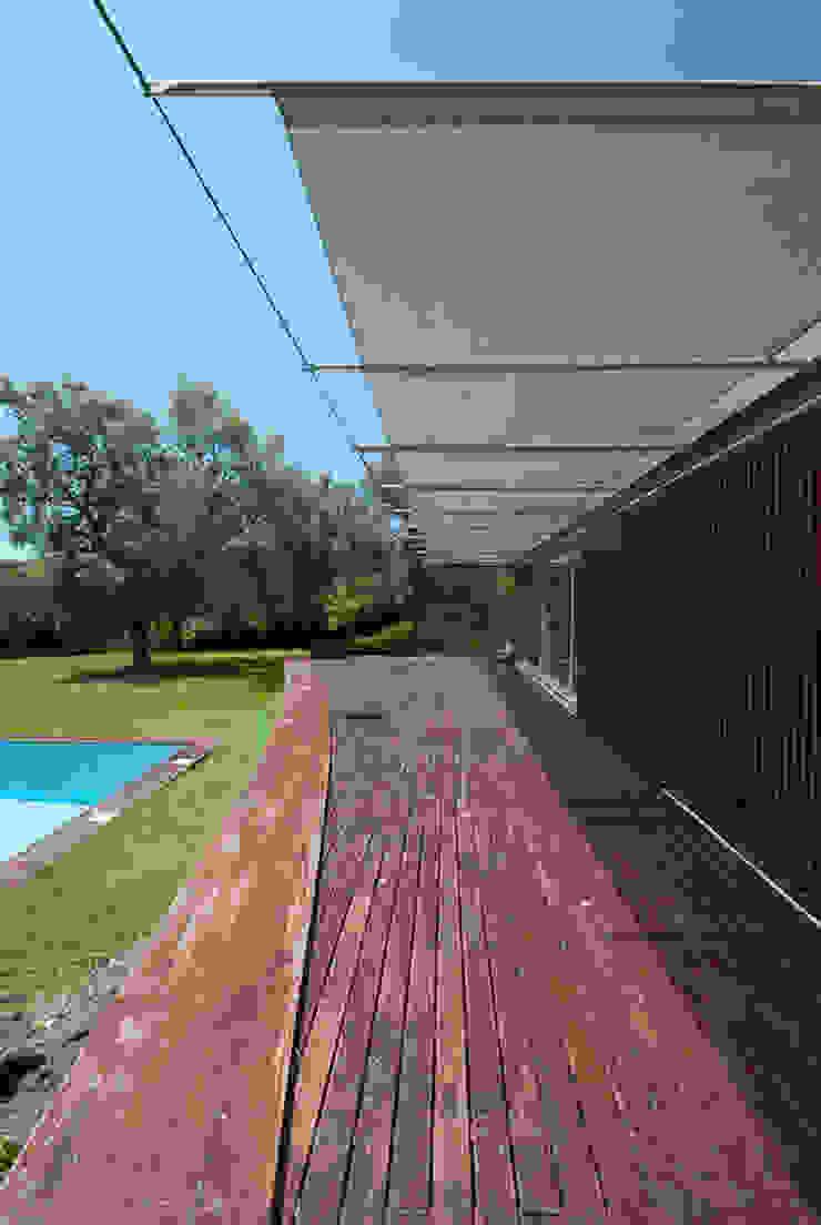 casa em ponte de lima Varandas, marquises e terraços rústicos por armazenar ideias arquitectos Rústico