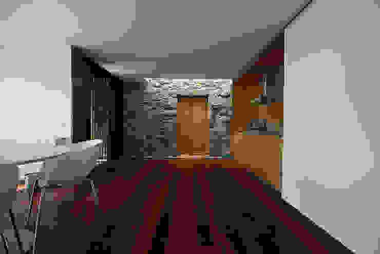 casa em ponte de lima: Corredores e halls de entrada  por armazenar ideias arquitectos