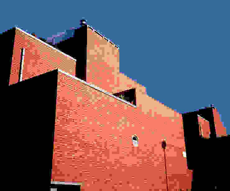Fachada Casas modernas por MANUEL CORREIA FERNANDES, ARQUITECTO E ASSOCIADOS Moderno Tijolo