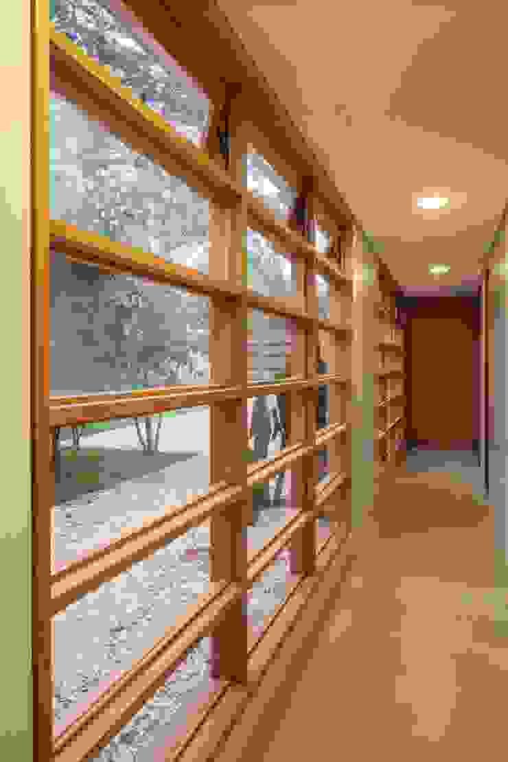 Pasillos, vestíbulos y escaleras de estilo moderno de MGS - Macedo, Gomes & Sobreira Moderno