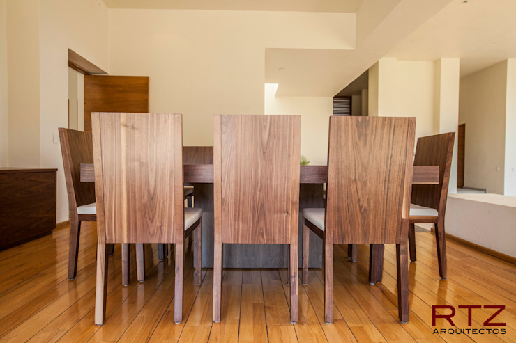 Mesa de comedor en nogal de RTZ-Arquitectos Moderno