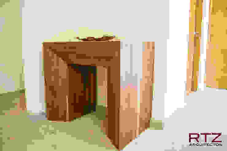Mesa en vestibulo de entrada a la casa de RTZ-Arquitectos Moderno