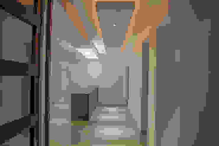 Moderne gangen, hallen & trappenhuizen van RTZ-Arquitectos Modern