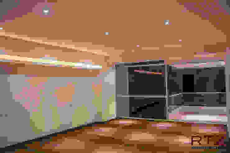 Recamara con piso de madera y cajillos de luz Dormitorios de estilo moderno de RTZ-Arquitectos Moderno