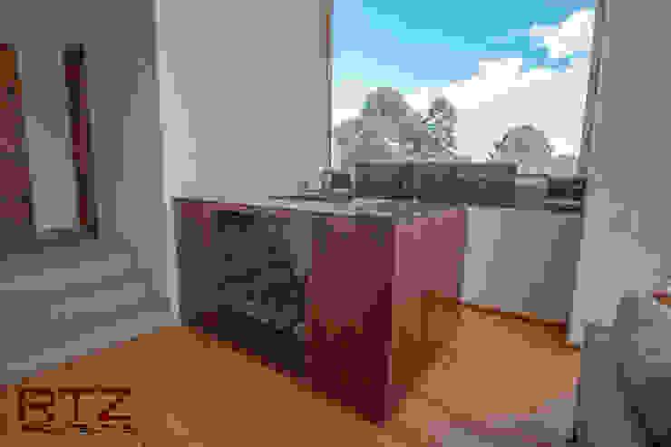 Mueble de bar en nogal con cubierta de marmol exotico de RTZ-Arquitectos Moderno