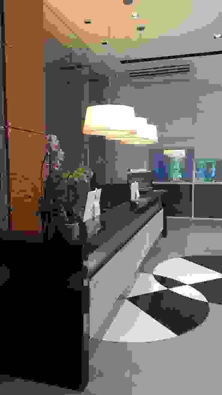Projeto corporativo sóbrio e elegante por Lucio Nocito Arquitetura Paredes e pisos minimalistas por Lucio Nocito Arquitetura e Design de Interiores Minimalista