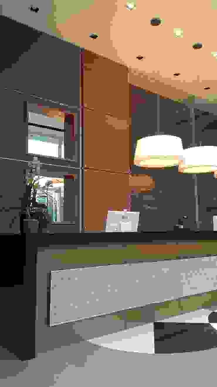 Projeto corporativo sóbrio e elegante por Lucio Nocito Arquitetura Corredores, halls e escadas ecléticos por Lucio Nocito Arquitetura e Design de Interiores Eclético