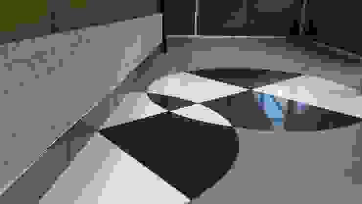 Detalhe para o piso com desenho geométrico, criado pelo arquiteto exclusivamente para o projeto. Paredes e pisos modernos por Lucio Nocito Arquitetura e Design de Interiores Moderno