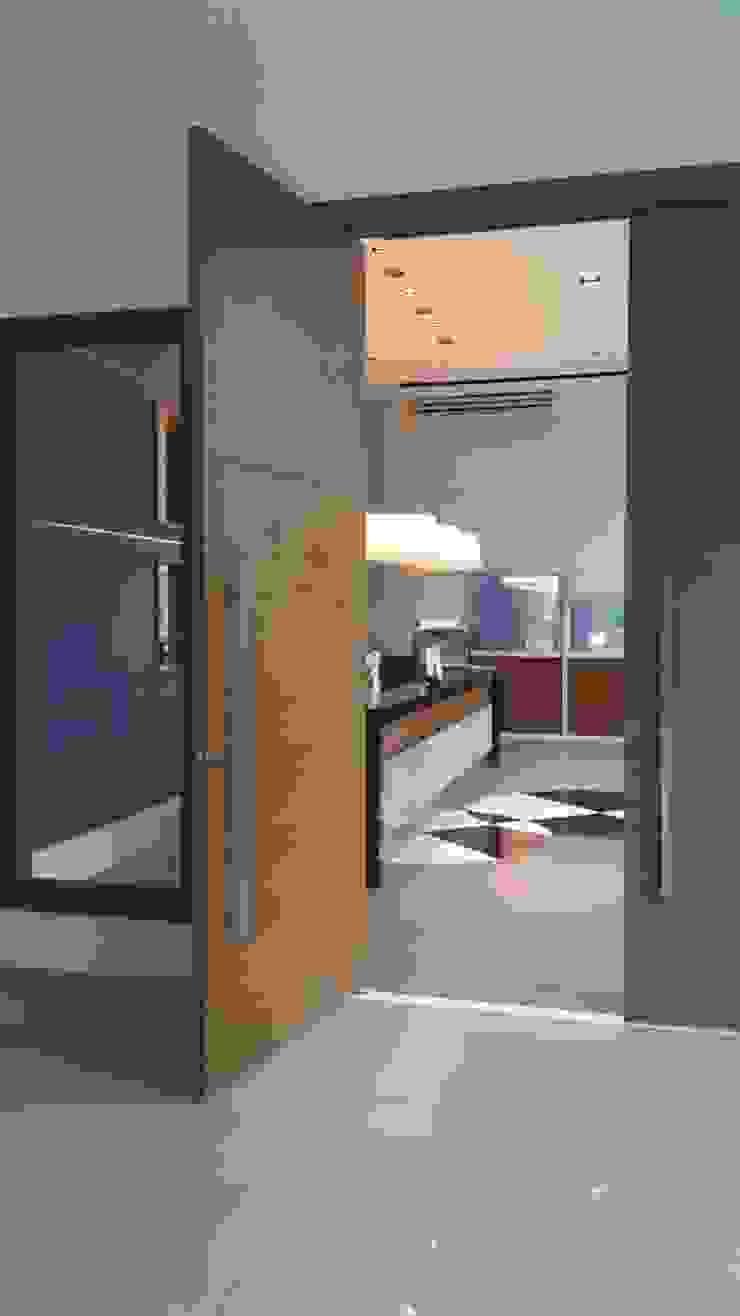 Projeto corporativo sóbrio e elegante por Lucio Nocito Arquitetura Portas e janelas modernas por Lucio Nocito Arquitetura e Design de Interiores Moderno