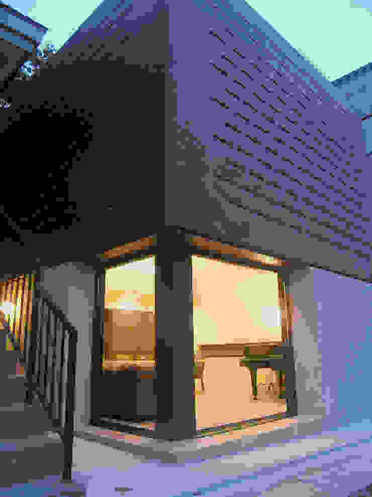 小樽のゲストハウス モダンな 窓&ドア の アウラ建築設計事務所 モダン