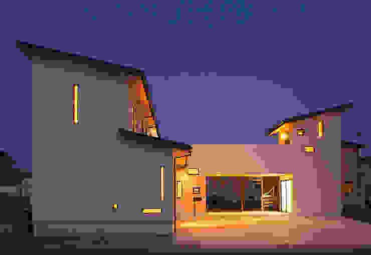 庭も楽しむ家 モダンな 家 の キクチヒロフミ/アースワーク一級建築士事務所 モダン