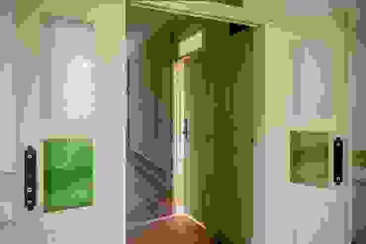 Vista interior - corredor Janelas e portas modernas por Clínica de Arquitectura Moderno Madeira maciça Multicolor