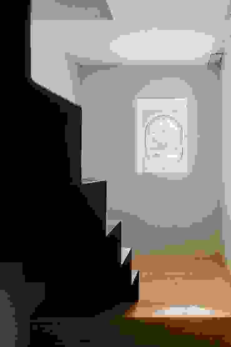 Vista interior - escadas Corredores, halls e escadas modernos por Clínica de Arquitectura Moderno Ferro/Aço