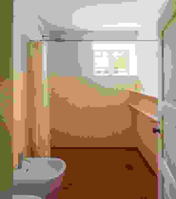 Vista interior - instalação sanitária Casas de banho modernas por Clínica de Arquitectura Moderno Cerâmica
