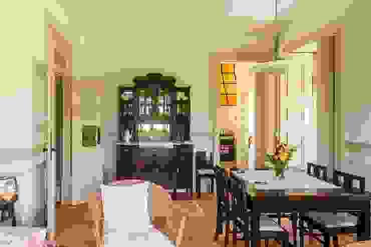 Vista interior - sala mobilada Salas de jantar modernas por Clínica de Arquitectura Moderno Madeira maciça Multicolor