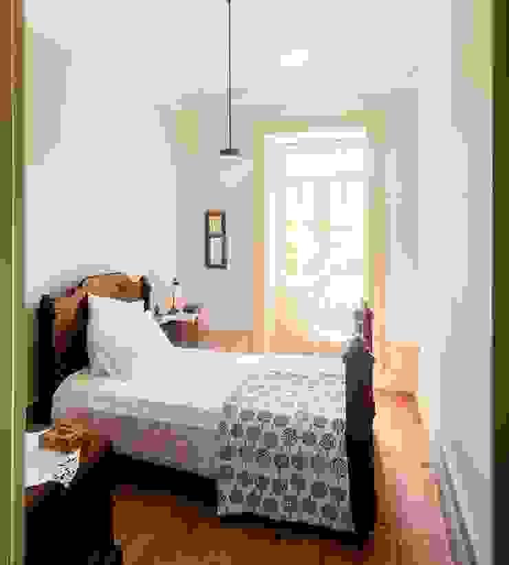 Vista interior - quarto mobilado Quartos modernos por Clínica de Arquitectura Moderno Madeira maciça Multicolor