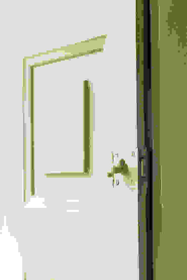 Pormenor interior Janelas e portas modernas por Clínica de Arquitectura Moderno Madeira maciça Multicolor