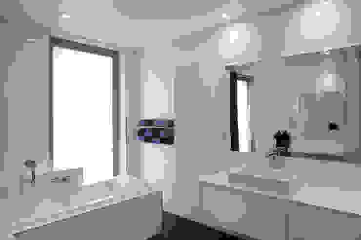 Aux portes du Limbourg Salle de bain moderne par Luc Spits Interiors Moderne