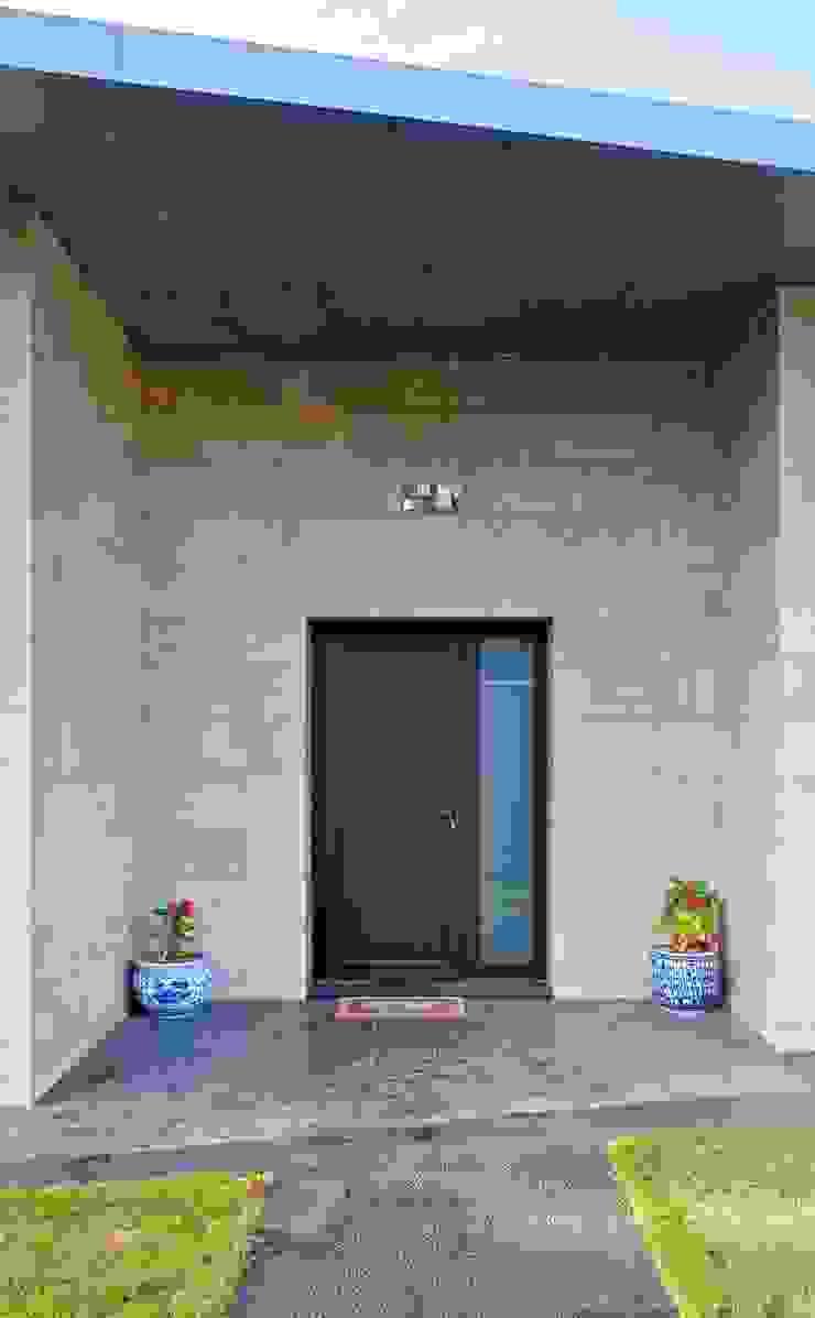 Puerta de acceso vivienda Casas de estilo moderno de Sánchez-Matamoros | Arquitecto Moderno Cerámico