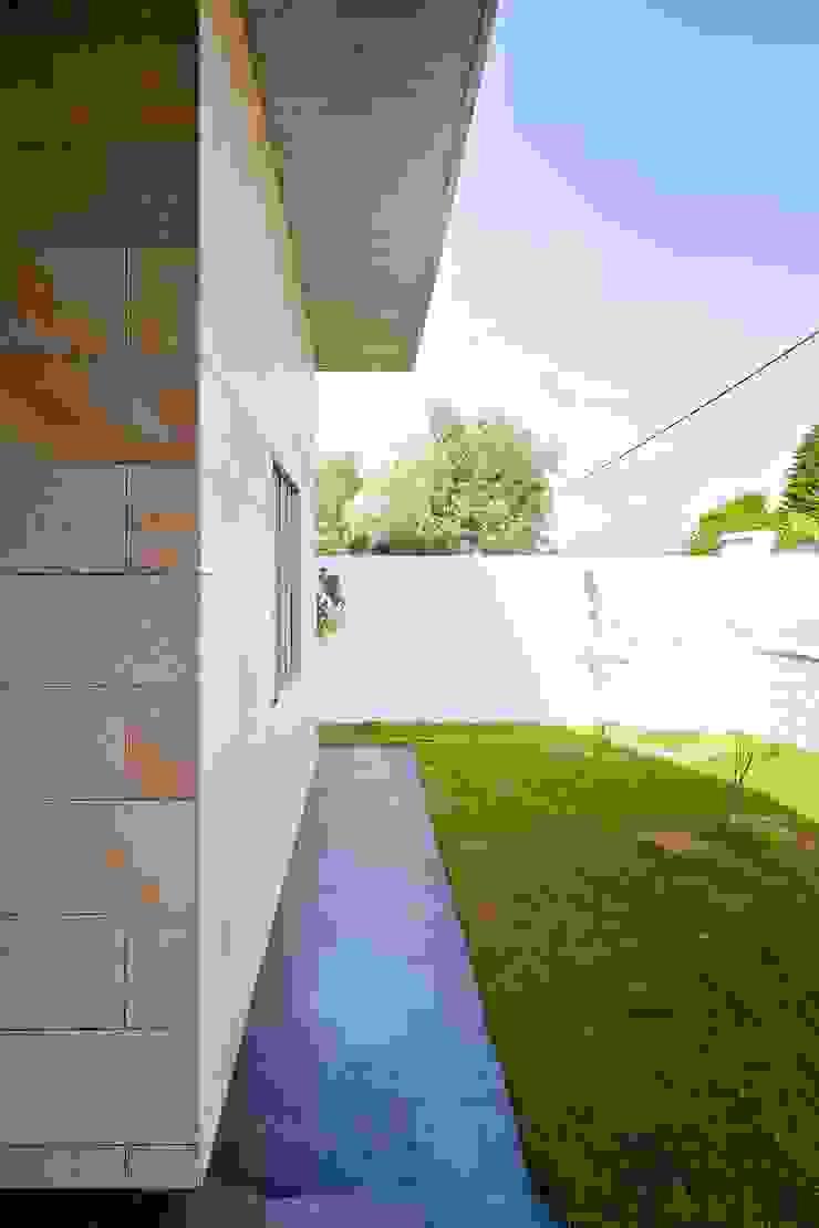 Jardín delantero Jardines de estilo moderno de Sánchez-Matamoros | Arquitecto Moderno Cerámico