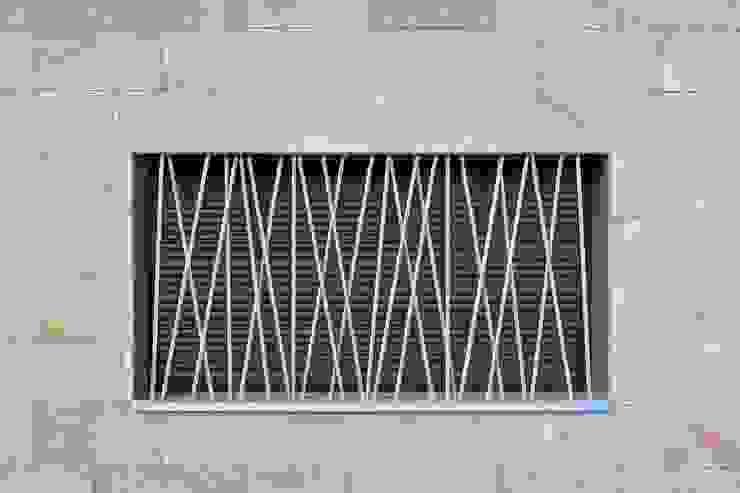 Detalle cerrajería ventana Sánchez-Matamoros | Arquitecto Puertas y ventanas de estilo moderno Hierro/Acero Metálico/Plateado