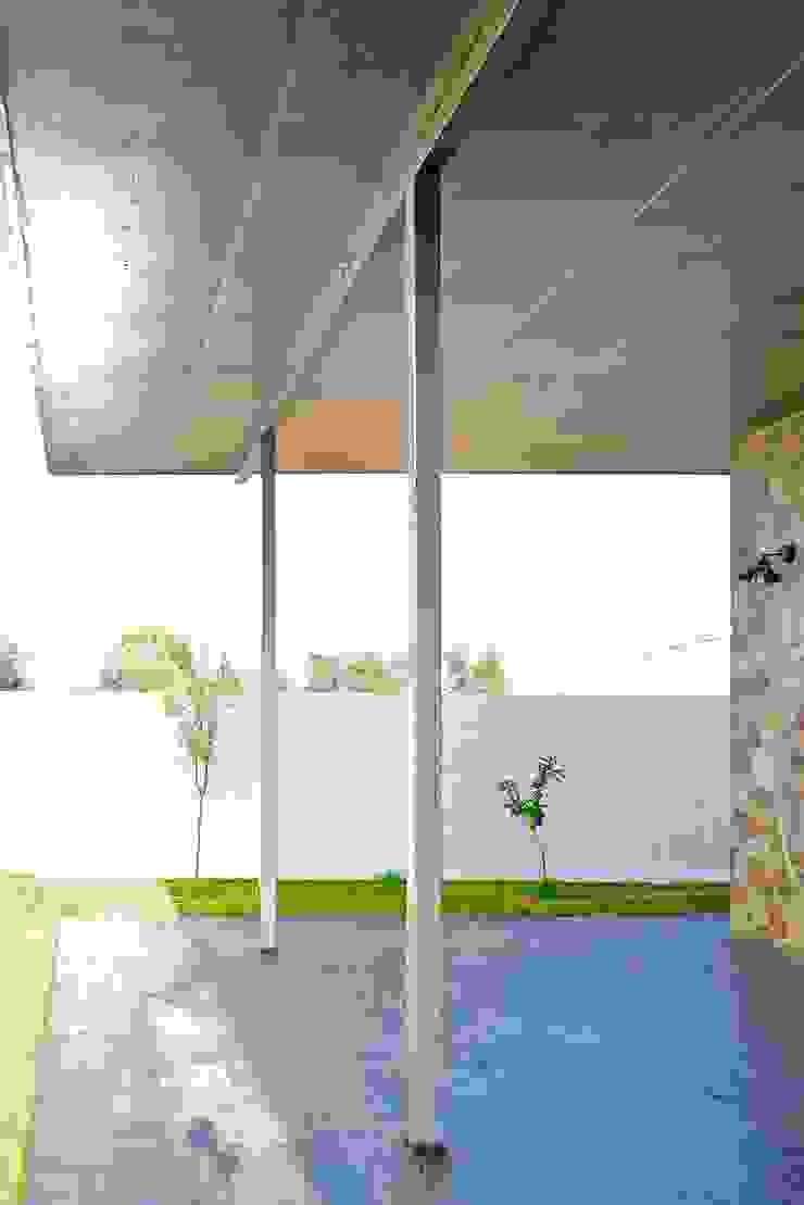 Porche trasero Balcones y terrazas de estilo moderno de Sánchez-Matamoros | Arquitecto Moderno Hierro/Acero