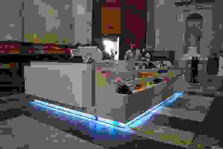 Nuevo mueble de recepción del turista en la Catedral de Cádiz de Rubí & Del Árbol_arquitectos Moderno
