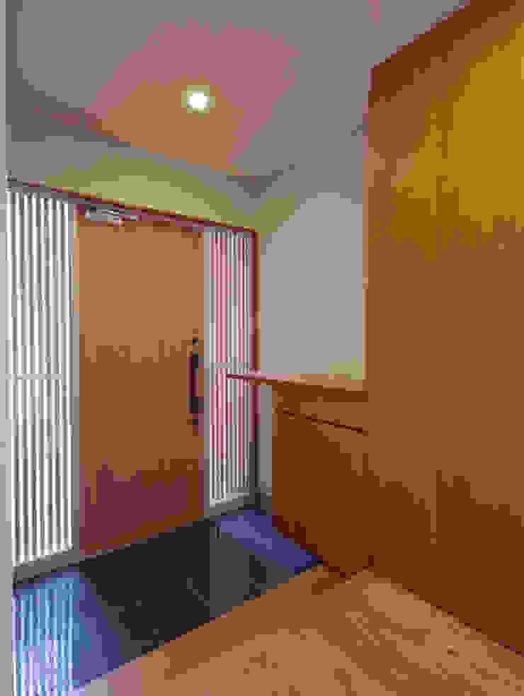 Коридор, прихожая и лестница в модерн стиле от 一級建築士事務所 Eee works Модерн