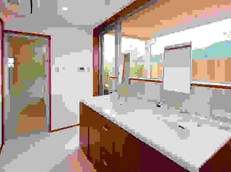Salle de bain moderne par 一級建築士事務所 Eee works Moderne