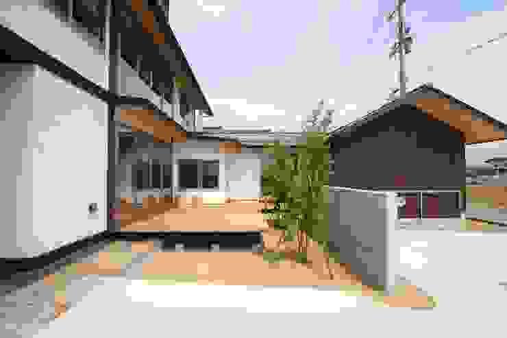 L型デッキ 日本家屋・アジアの家 の 遠藤知世吉・建築設計工房 和風