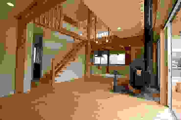 階段と吹き抜け 和風デザインの リビング の 遠藤知世吉・建築設計工房 和風