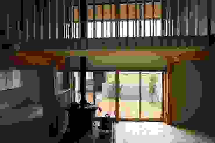 薪ストーブとデッキとサンルーム 和風デザインの リビング の 遠藤知世吉・建築設計工房 和風
