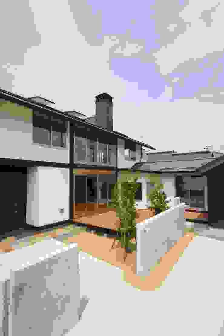 アプローチ・中庭L型デッキ 日本家屋・アジアの家 の 遠藤知世吉・建築設計工房 和風