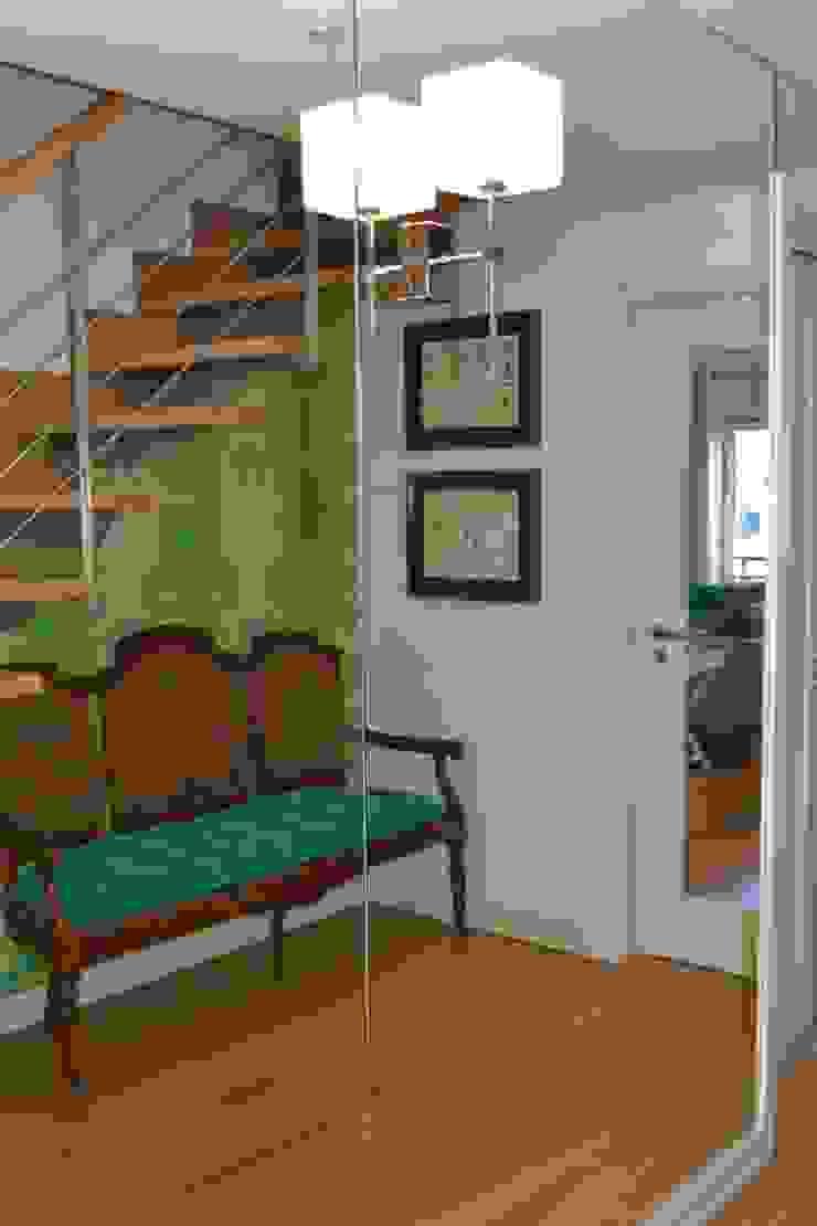 Duplex Lisboa Corredores, halls e escadas modernos por G.R design Moderno