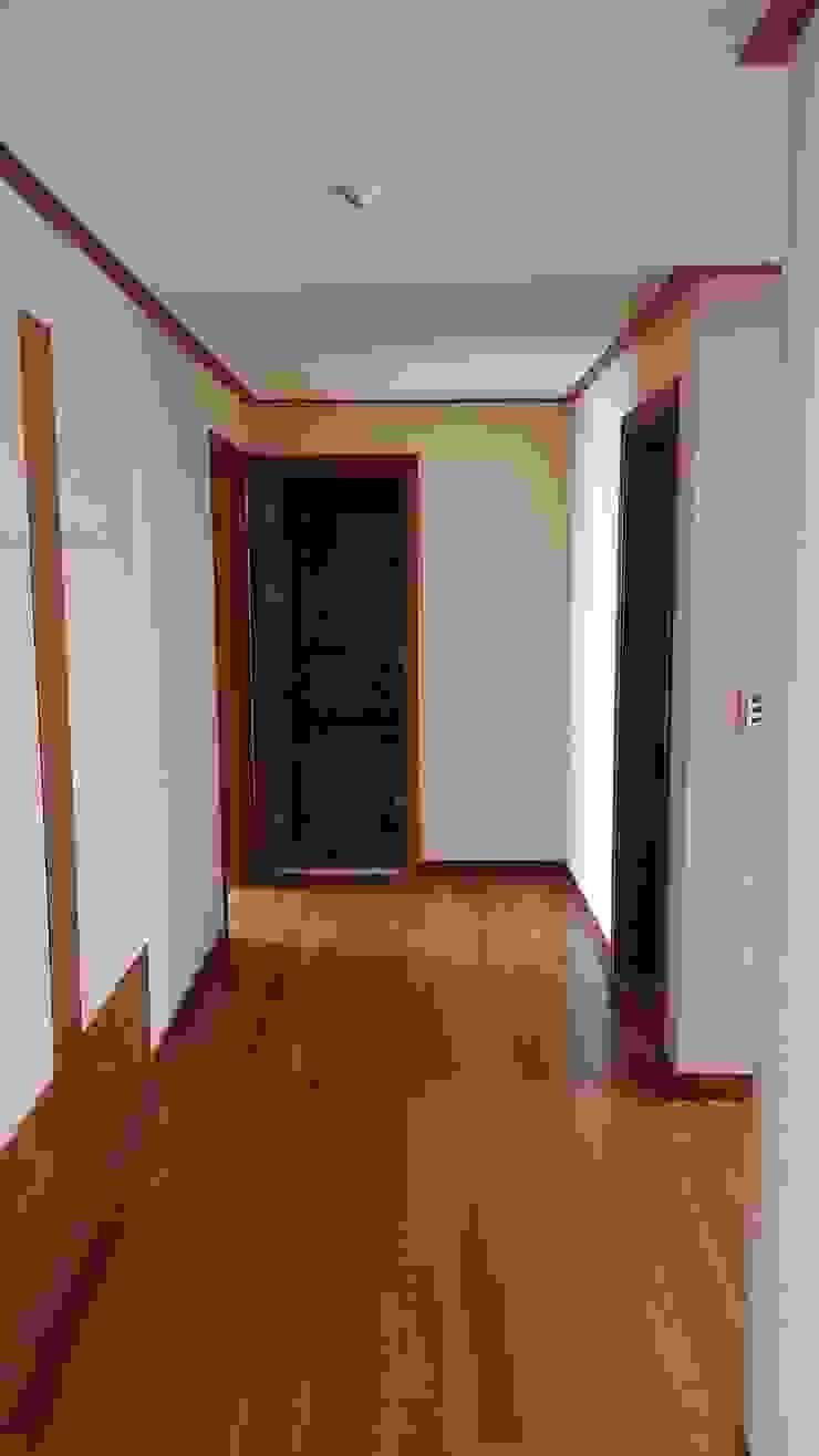 거실에서 현관입구쪽으로 나가는 복도 공사전 사진입니다. 모던스타일 복도, 현관 & 계단 by 안목 모던