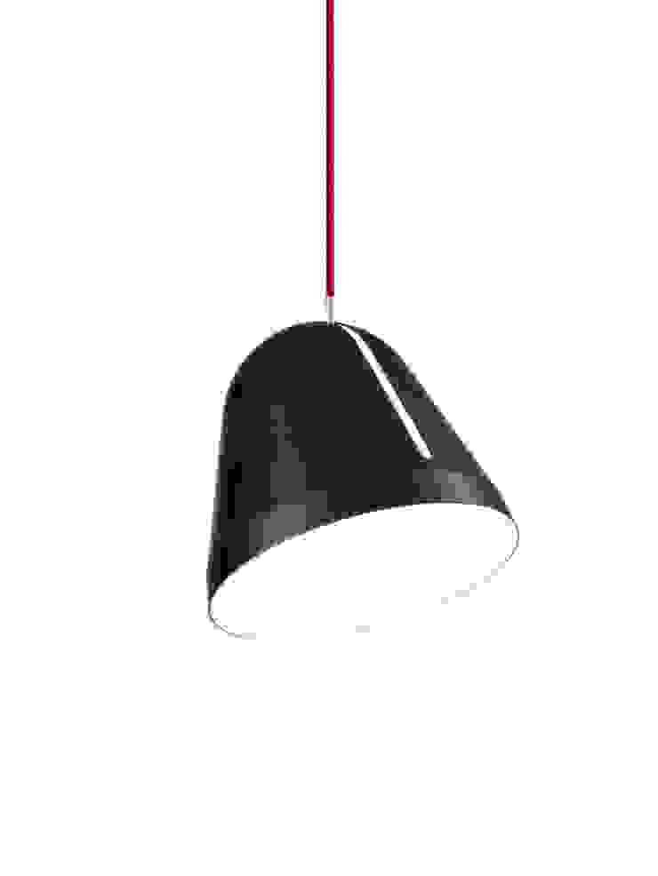 NYTA Tilt Schwarz, Kabelfarbe: Rot von Designort Skandinavisch Aluminium/Zink