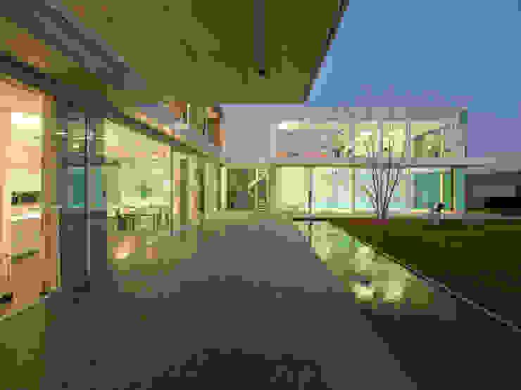 Varandas, marquises e terraços modernos por Luc Spits Architecture Moderno
