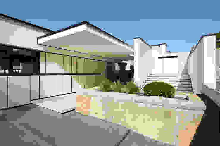 Casas de estilo  por LEE+MIR